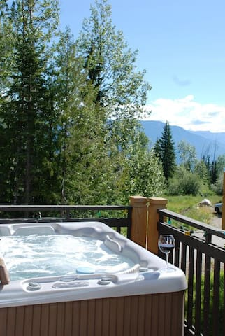 Ski retreat and private Hot-Tub with view !