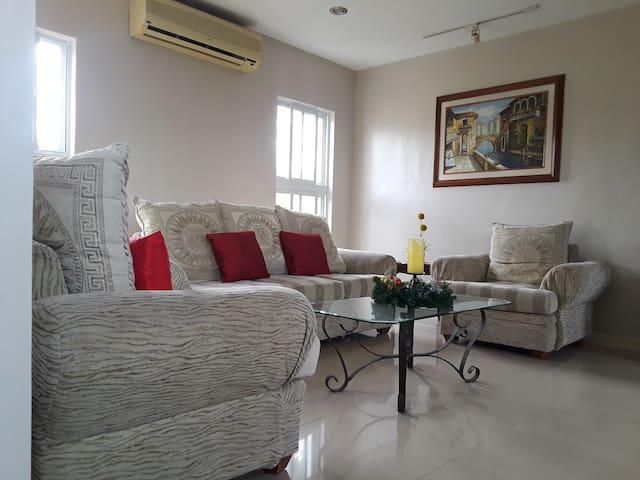 Cozy room near Nuvali, Solenad, EK, Tagaytay.