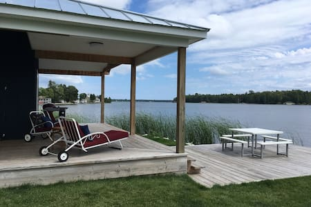 Les Cheneaux Waterfront Cottage in town Cedarville