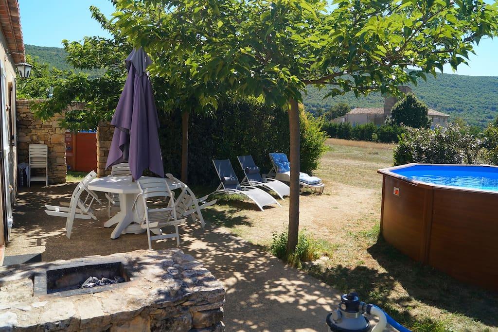 barbecue et salon de jardin