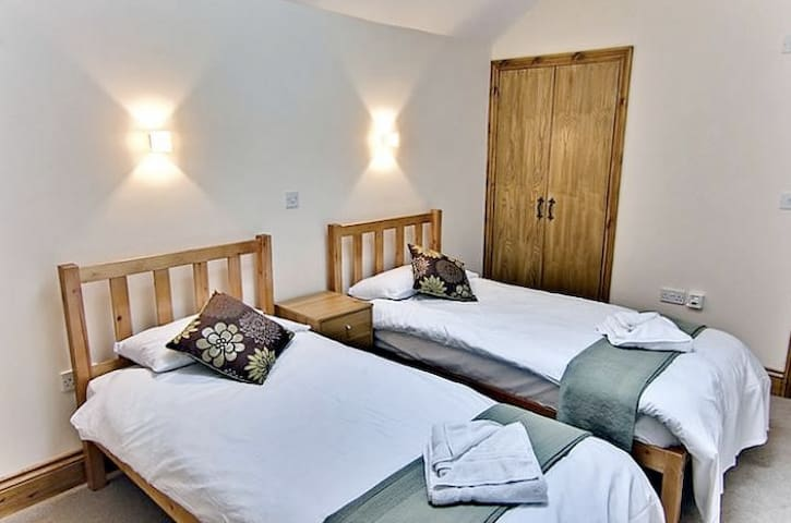 Helena House, family friendly with private hot tub - Blandford Forum - Huis