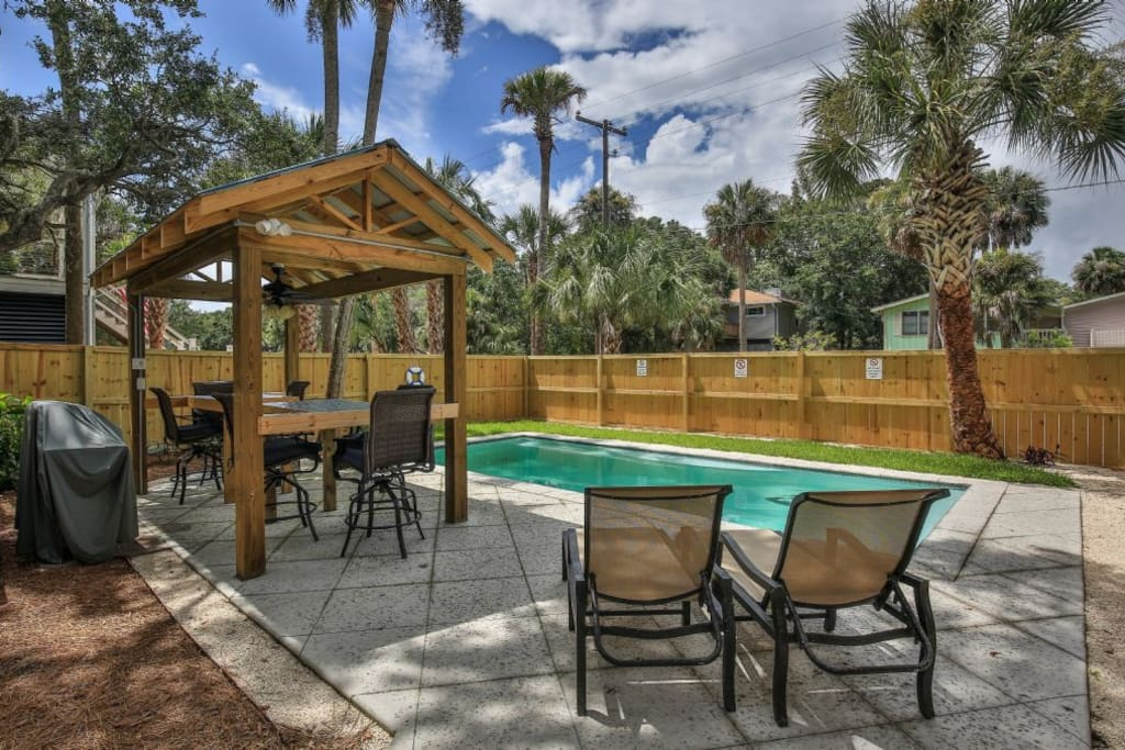 Private Pool & Tiki Bar
