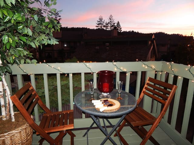 By the Lake with Hot Tub, Breakfast, and Amenities