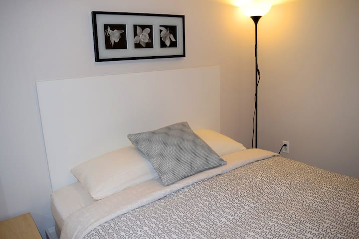 Modern studio in Hamtramck. Queen bed 2