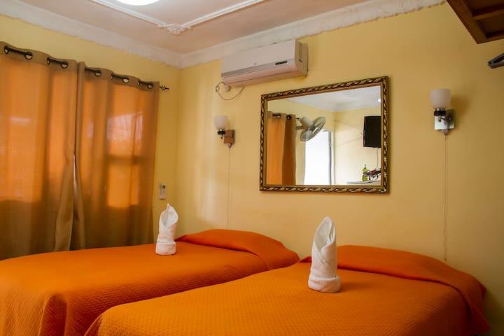 Hostal Ana. Hab. con balcón privado y terraza.