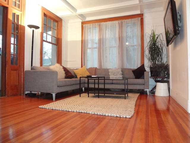 *Spacious NYC gem* Direct train to central sights!