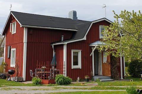 Charmigt hus i lugnt område