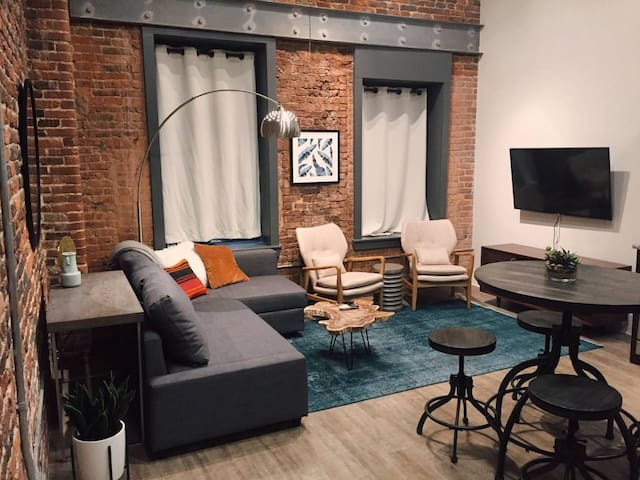 Loft in the HEART of Downtown! WALK Everywhere!102