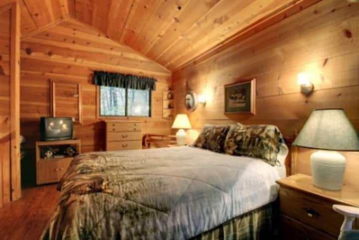 Honey Bear Haven- Looking for a cozy cabin nestled in the woods on a creek?