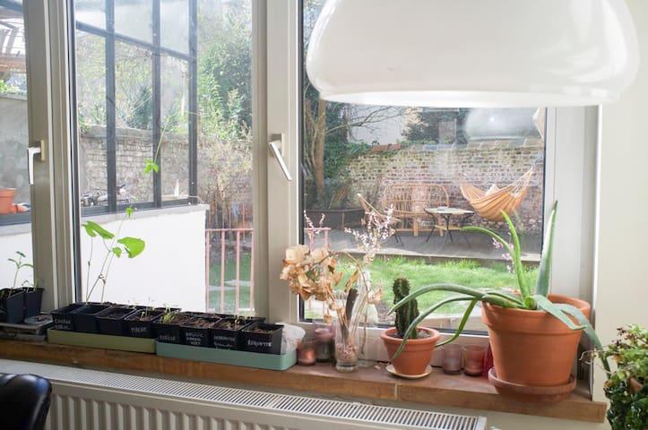 Grande chambre dans maison avec jardin / Bruxelles - Saint-Gilles - Casa