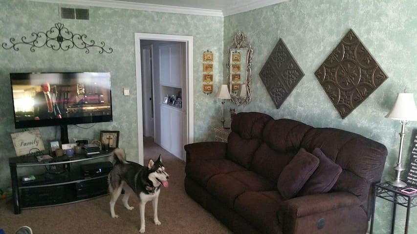 Couch in Bellflower home w/Pool! - Bellflower