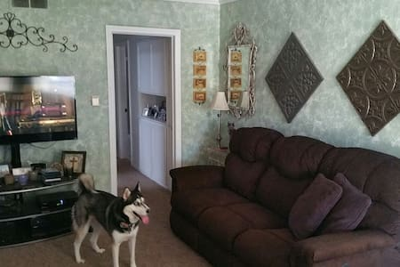 Couch in Bellflower home w/Pool! - Bellflower - Haus