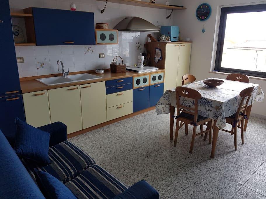 Cucina con vista mare
