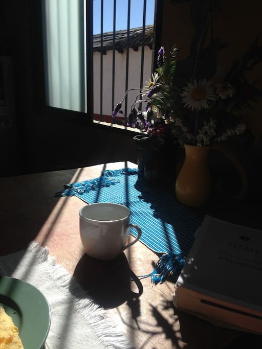 el sol entra todo el día a la casa, delicioso para café por la mañana o por la tarde ...