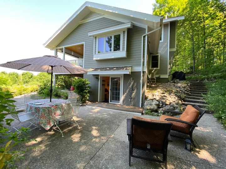 Birdhouse of Suttons Bay: private entrance/space
