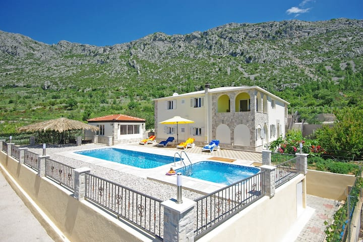 Villa Nova with private heated pool and jacuzzi