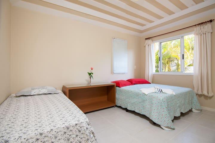 Suite do SEGUNDO andar. Ampla muito confortável com cama queen e uma outra de solteiro.