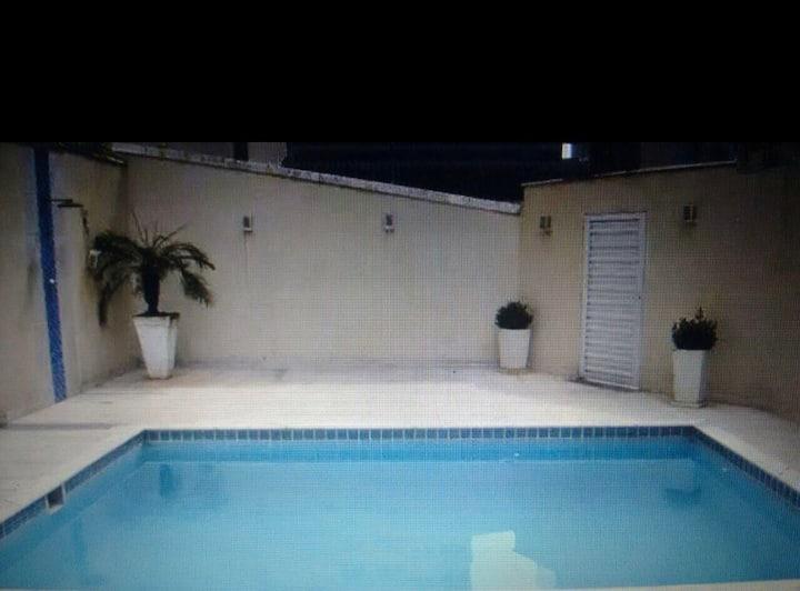 Casa grande com piscina e saída direto para praia