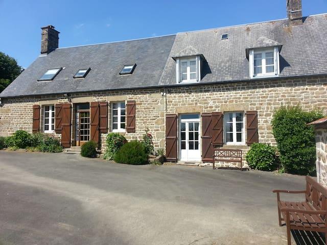 Beaux gîtes pour 14+ - piscine privée chauffée - Saint-Georges-de-Reintembault - วิลล่า