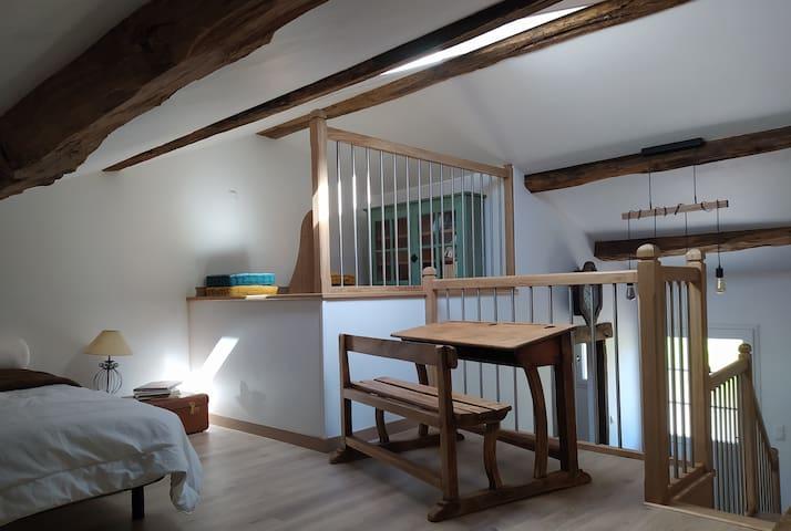 Mezzanine dans laquelle se trouve le lit simple.