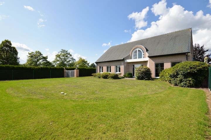 Quietly located spacious mansion surrounded by the greenery of the Flemish Ardennes.