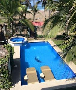 Casa privada con piscina y acceso a la playa - Jacó