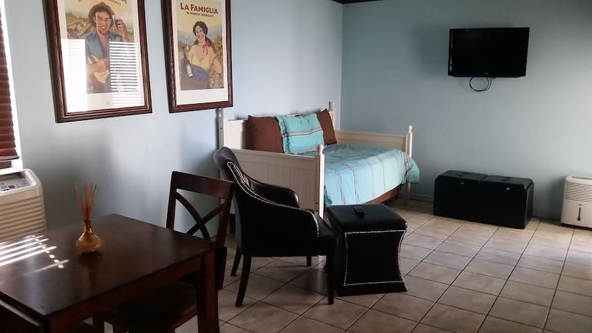 ON THE BEACH - Florence I Studio - $99 per night! - South Padre Island - Wohnung