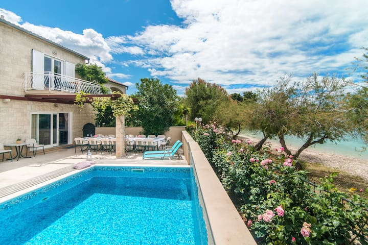 Villa Mirca with heated pool -Direct on a beach!