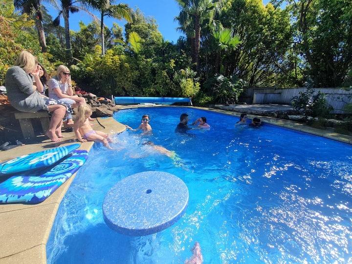 Queenslander with massive decks, pool & spa