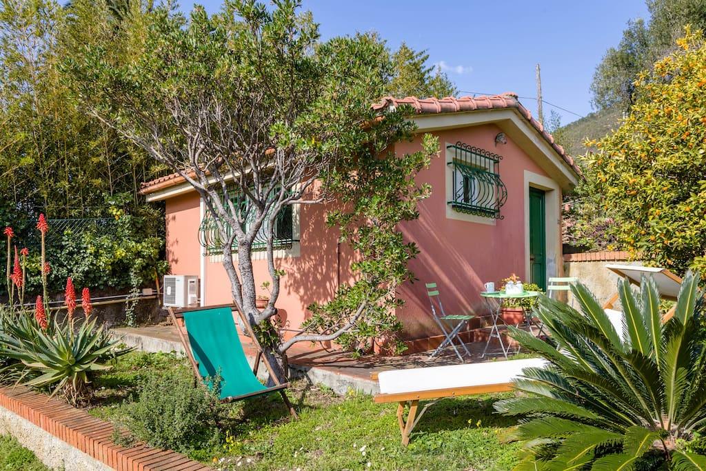 Varazze cottage mediterraneo con grande giardino for Piani di casa cottage con portici