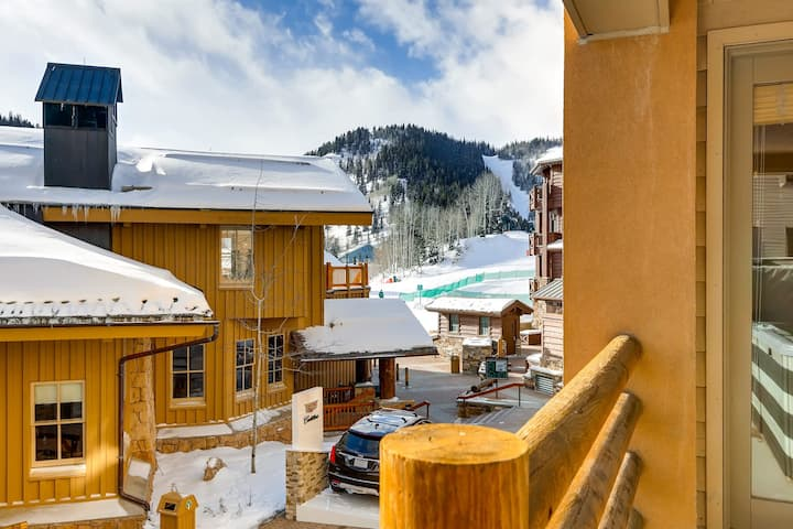 Ski-in/ski-out mountain condo w/private hot tub & mountain views from balcony