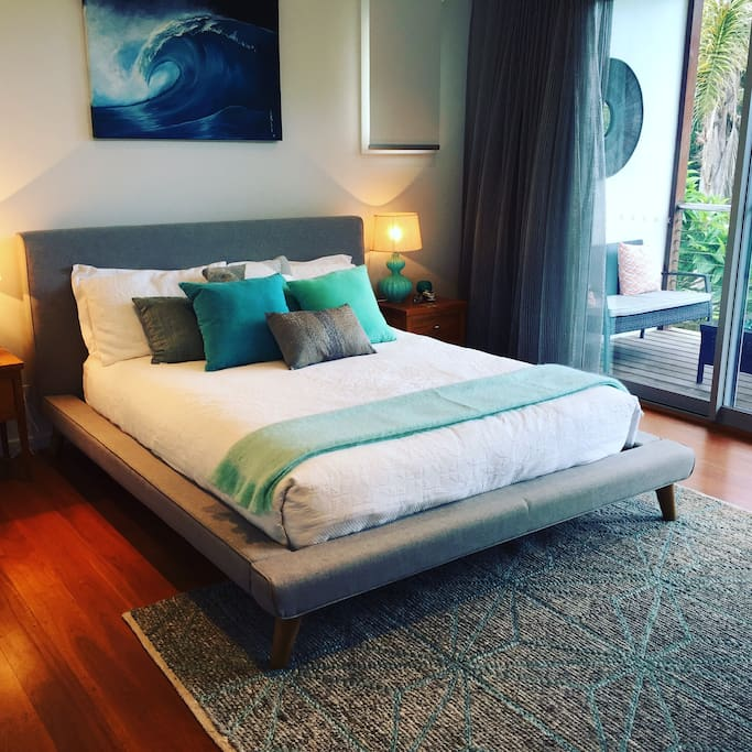 Queen Bed, organic cotton sheets. Free Wifi, Internet TV