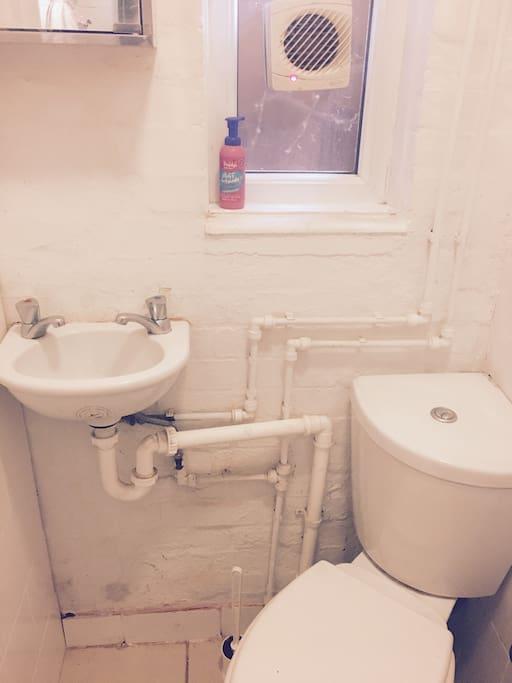 simple but clean wetroom