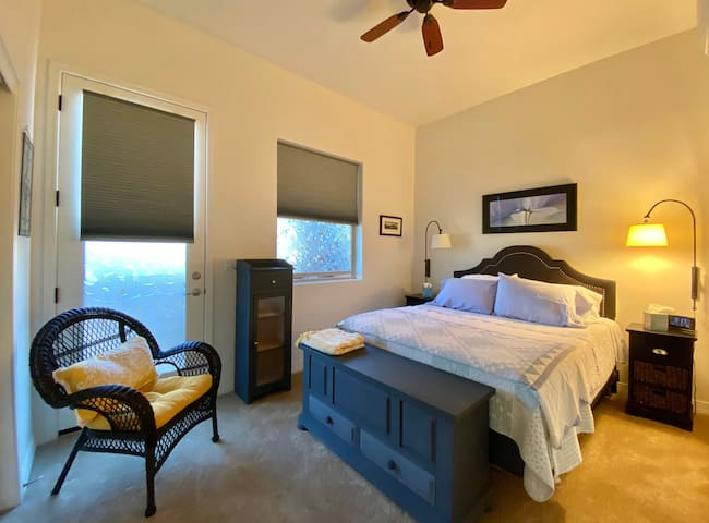 Queen bed, large closet, great lighting and ceiling fan.