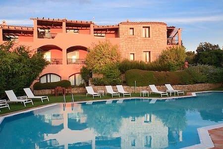 Suite con servizi alberghieri a Cala di Volpe - Porto Cervo - Hotellipalvelut tarjoava huoneisto
