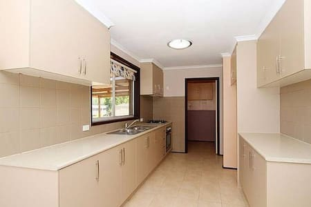 Live-in, clean fully furnished room - Reservoir - House