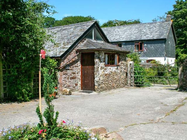 WILLOW COTTAGE, pet friendly, with pool in Whitstone, Ref 29349