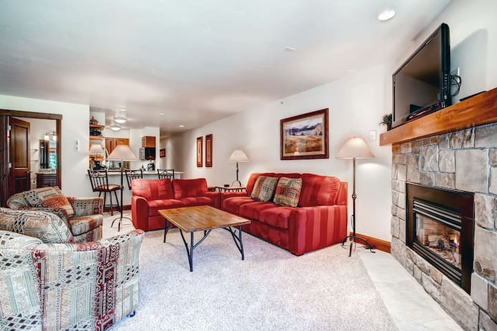Condo just steps from the ski lift with shared pool and hot tubs!