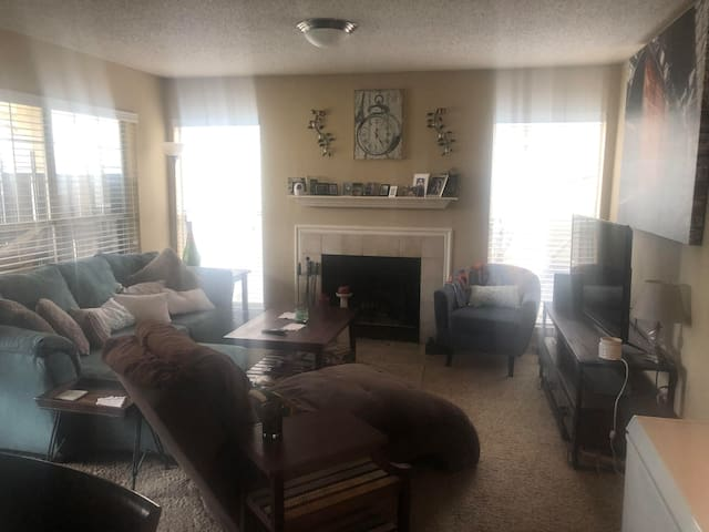 Crash pad DOWNTOWN Memphis NEAR ALL! Clean & safe!