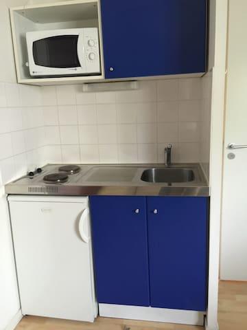 Coin cuisine tout équipé, plaques électrique, petit réfrigérateur, vaisselles complète, cafetière, grille pain, micro-ondes.