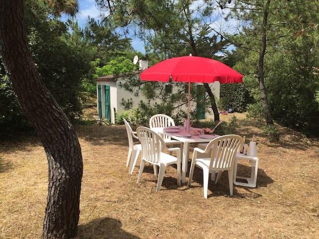Petite maison ref 401 , grand jardin boisé