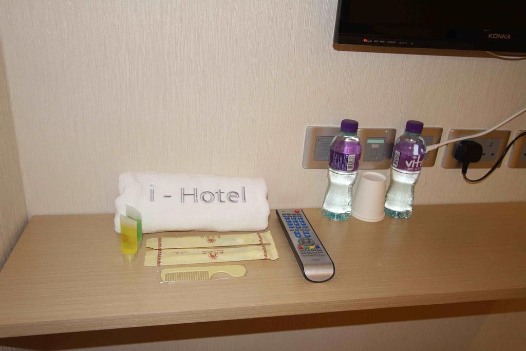 酒店為賓客提供日用品及兩支樽裝水。 Free water bottles.
