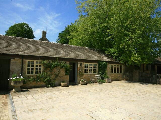 FOXHILL FARM BARN, with a garden in Bourton-On-The-Water, Ref 988860