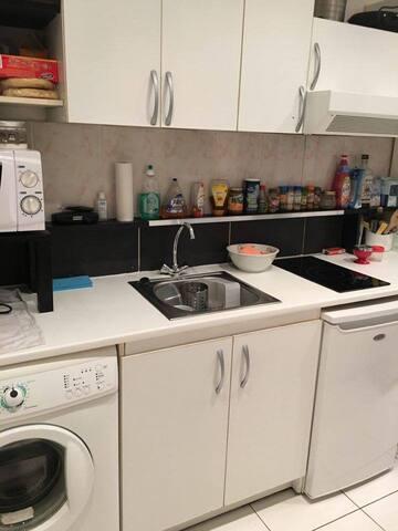 Cuisine avec micro-onde, lave vaisselle et four