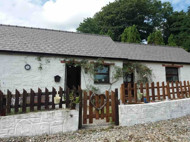 Cosy welsh cottage located in peaceful village