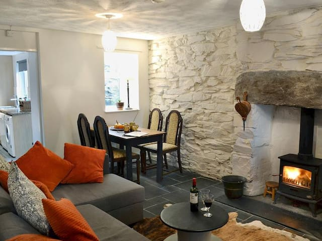 Cosy Terrace Cottage built into the mountain side