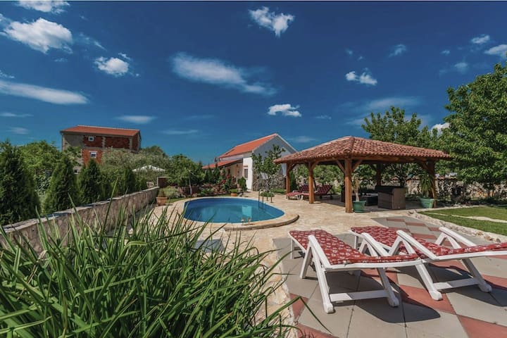 Gorgeous holiday home with private pool and amazing courtyard !