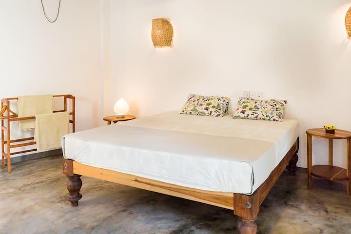 """""""Mirissa BnB"""" (N9) bright AC, king bed, breakfast"""