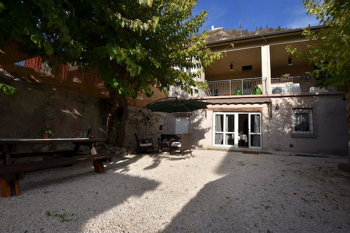 Ancient, renovated farmstead with private, equipped garden. Only 3km from the lake.