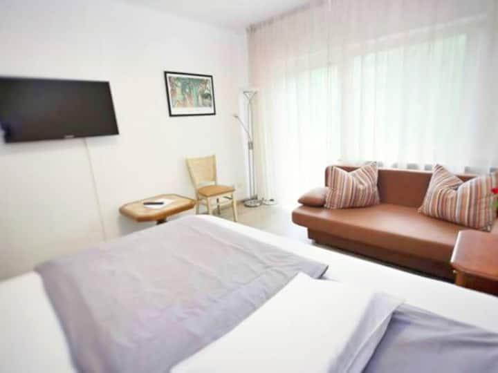 Dreibettzimmer-Komfort-Ensuite Dusche-Balkon-Gartenblick